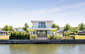 Moderne alleenstaande woning aan het water