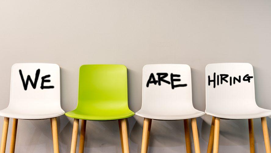 Vier lege stoelen met de tekst 'We are hiring'