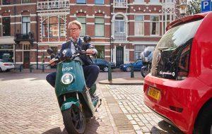 Ronald Haanstra op groene Felyx scooter.