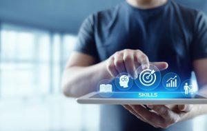 Concept digitale vaardigheden: man met witte tablet in de hand