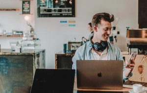 Freelancer met laptop in koffiezaak