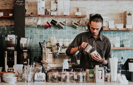 Barista bereidt cappuccino