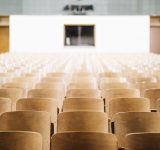 Aula met lege stoelen