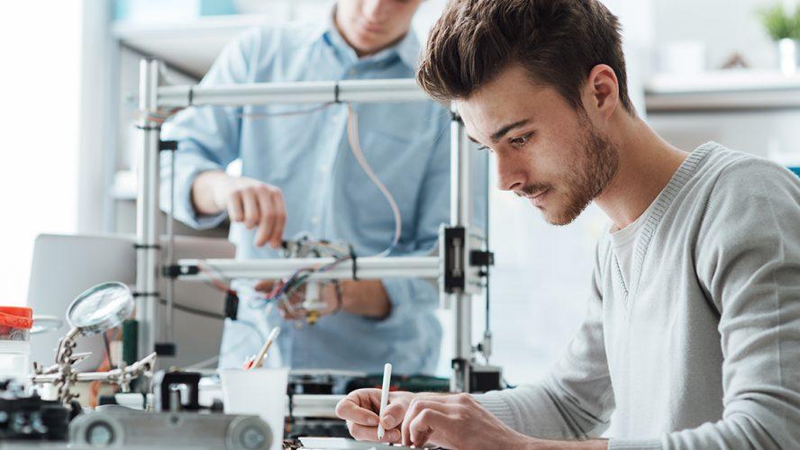 Twee studenten werken aan 3d-printer