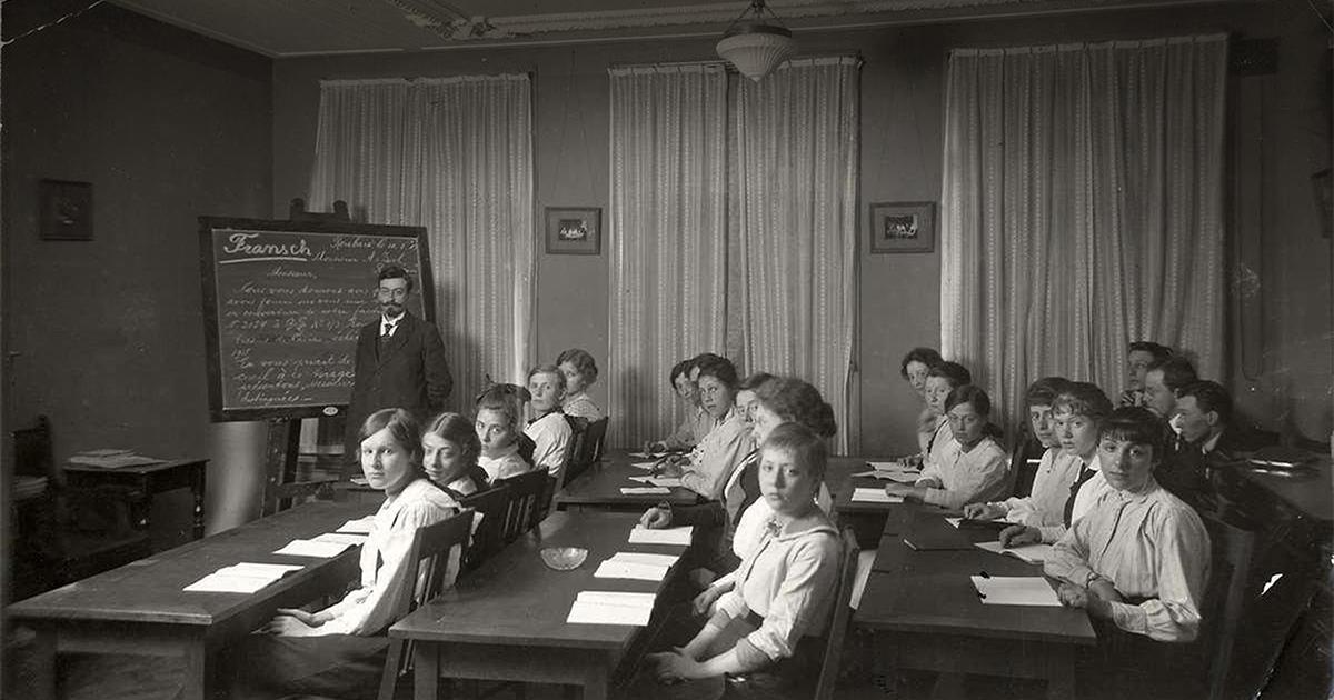 Oude foto van klaslokaal met leerlingen