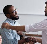Mannen die elkaar de hand geven