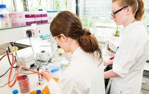 Twee vrouwelijke studenten tijdens een labo