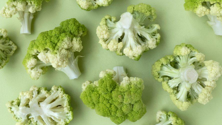brokuły ułożone na zielonym tle