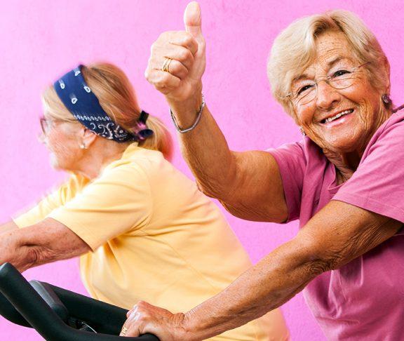 dwie starsze kobiety ćwiczące na siłowni