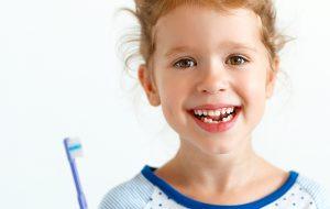 dziecko ze szczoteczką do zębów