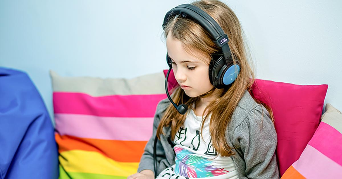 dziewczynka słuchająca muzyki z tabletu