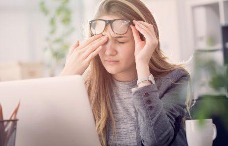 kobieta cierpiąca na suchość oczu