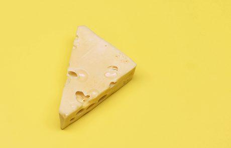 kostka żółtego sera na żółtym tle