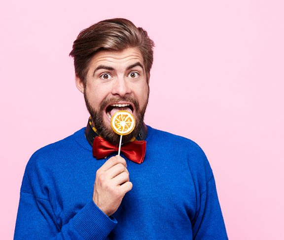 mężczyzna jedzący lizaka