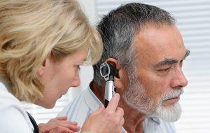 mężczyzna na badaniu ucha