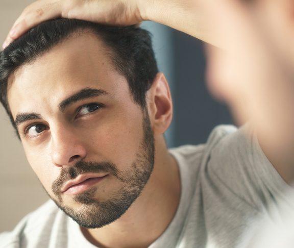 mężczyzna przeglądający się w lustrze