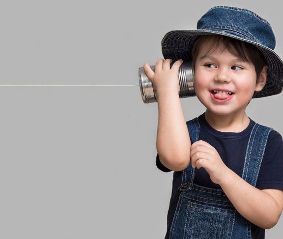mały chłopiec bawiący się