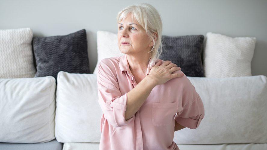 seniorka odczuwająca ból w ramieniu