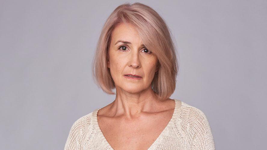 smutna kobieta w średnim wieku