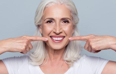 starsza-kobieta-uśmiechająca-się