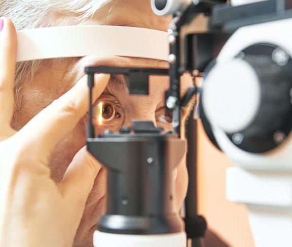 starszy mężczyzna poddający się badaniu wzroku