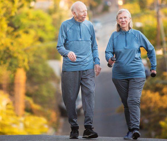 szczęśliwi starsi ludzie podczas porannego treningu