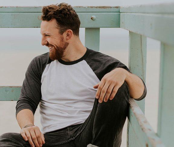 uśmiechający się mężczyzna na molo