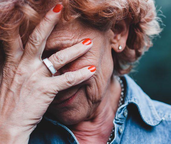 zamartwiająca się starsza kobieta