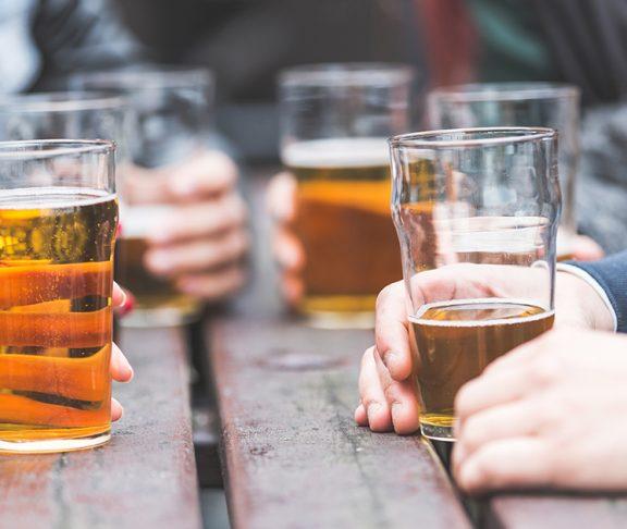 zbliżenie na szklanki z piwem podczas spotkania znajomych