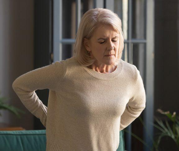 ból kręgosłupa u starszej kobiety