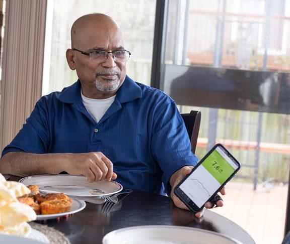Man showing women his phone