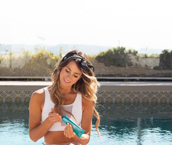 influencer applying sunscreen
