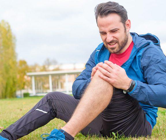 man knee pain park