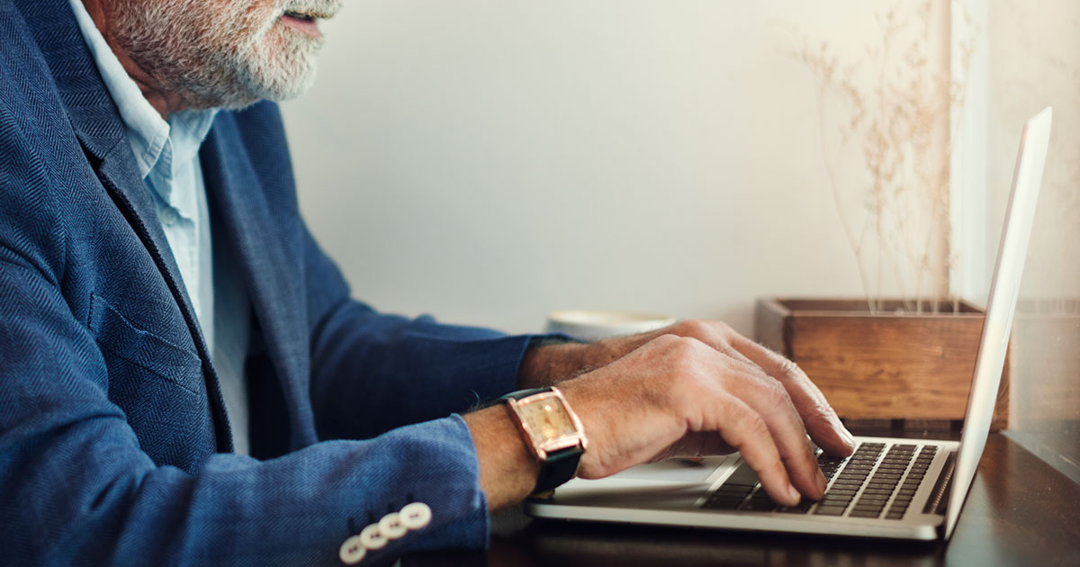 Senior knappar på dator.