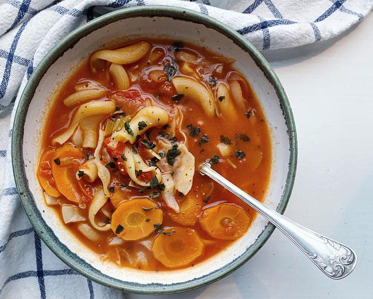 En skål med soppa.