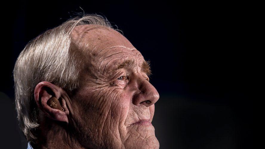 pensionär med hörsnäcka