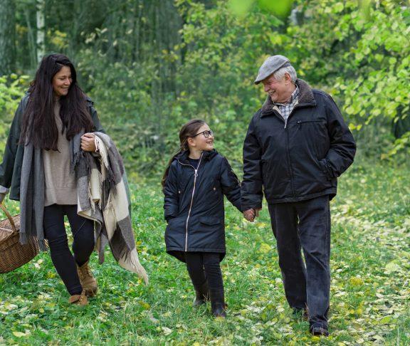 Mamma, farfar och barn i parken-naturen-2
