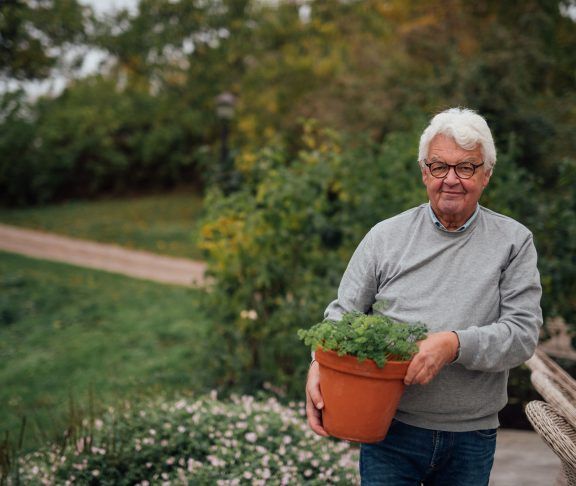 senior i trädgården