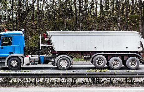 Stor lastbil laver støj på motorvejen