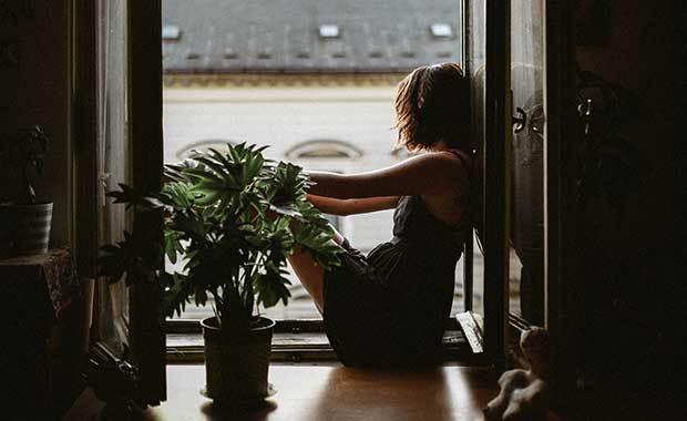 Ungdom som sitter i balkongöppning. Foto: Unsplash