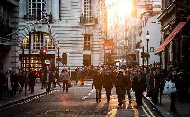Gata med mycket folk i stad. Foto: Unsplash