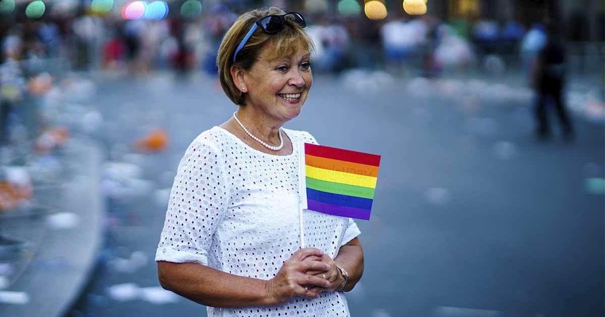 Kvinna med prideflagga. Foto: Unsplash