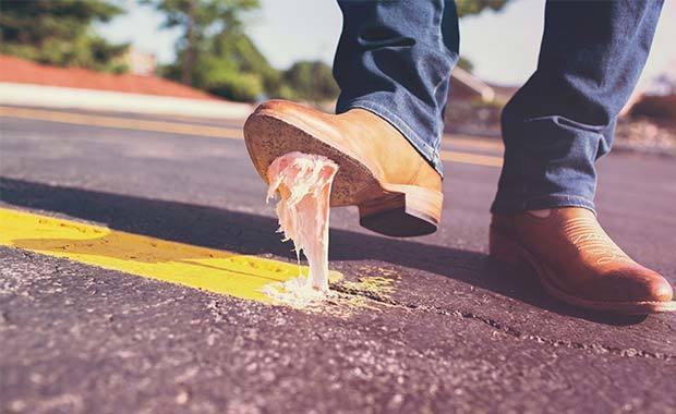 Sko med tuggummi under. Foto: Pexel