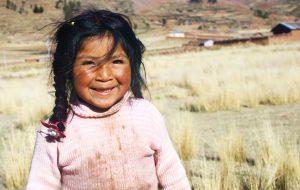 En flicka på sydamerikanska landsbygden.