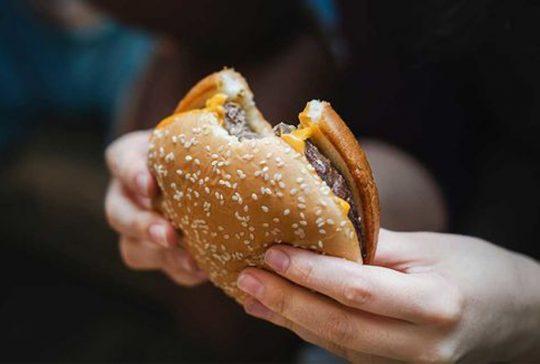 En hamburgare.