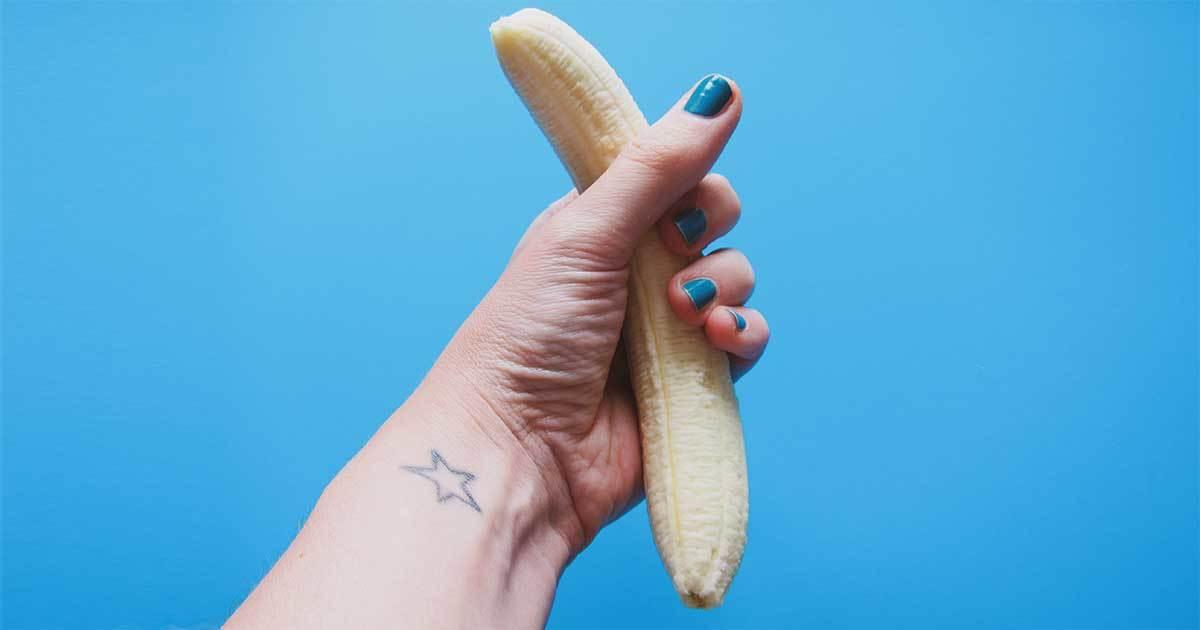 Hand håller skalad banan