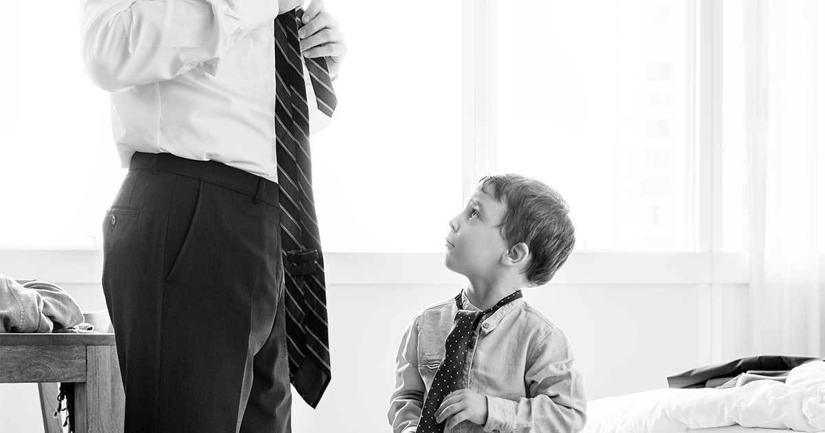 far och son knyter slips