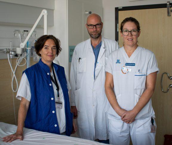 Läkare och sjuksköterskor i ett patientrum.