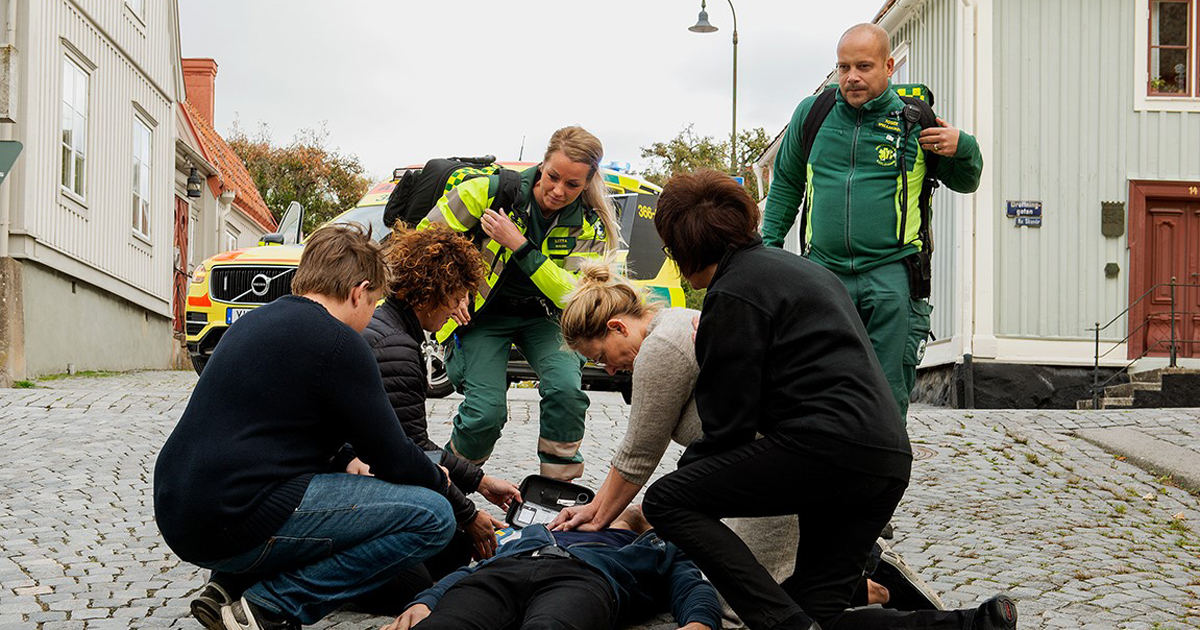 Ambulansförare kommer till undsättning.