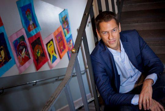 Magnus Järeskog i en trappa på en skola.